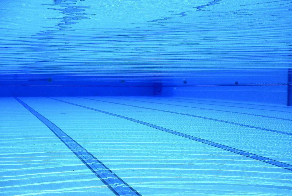 agua transparente piscina